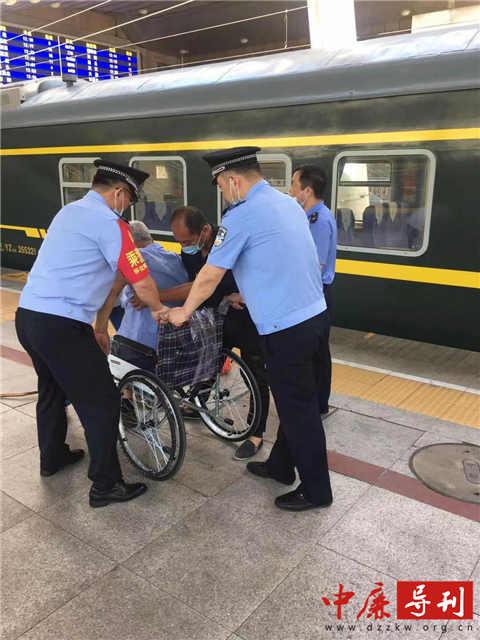老人坐轮椅摔下地 乘警大队长飞奔几步将老人扶上椅